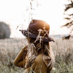 girl-in-hat-in-field